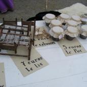 lits-et-tabourets-miniatures-et-pots-de-miel_5883541441_o